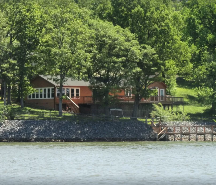 Lakefront Cabin on main channel!